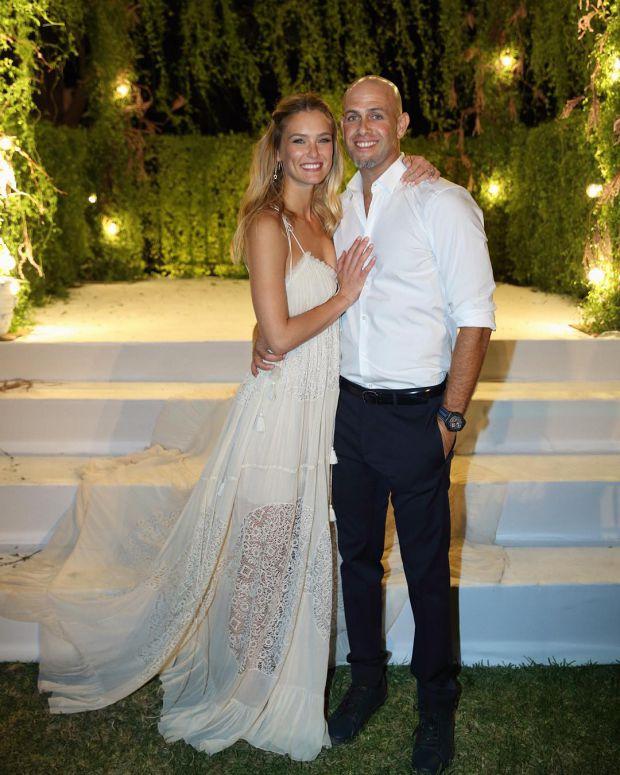 Ізраїльська супермодель Бар Рафаелі і її чоловік, бізнесмен Аді Езра, святкують поповнення в сім'ї.