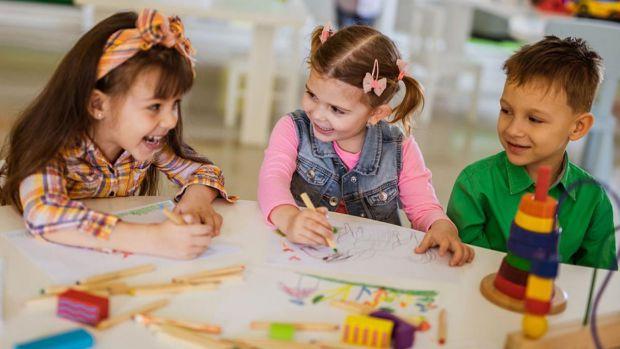 Один з основних видів діяльності дітей дошкільного та молодшого шкільного віку - гра. Через гру діти пізнають світ. А дорослі можуть використовувати г