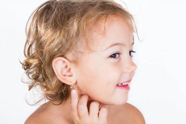 Кожна дівчинка мріє про красиві сережки і практично кожна матуся прагне прикрасити вуха дочки цим модним аксесуаром. У якому віці найкраще проколювати