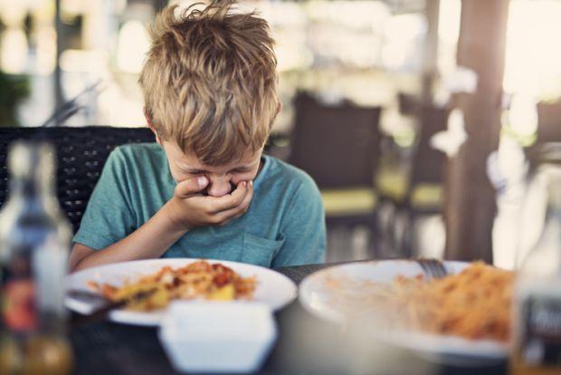 Якщо дитина їсть, а потім хутко біжить у туалет і це повторюється щоразу після прийому їжі - батькам варто насторожитися. Або ж дитина постійно відмов