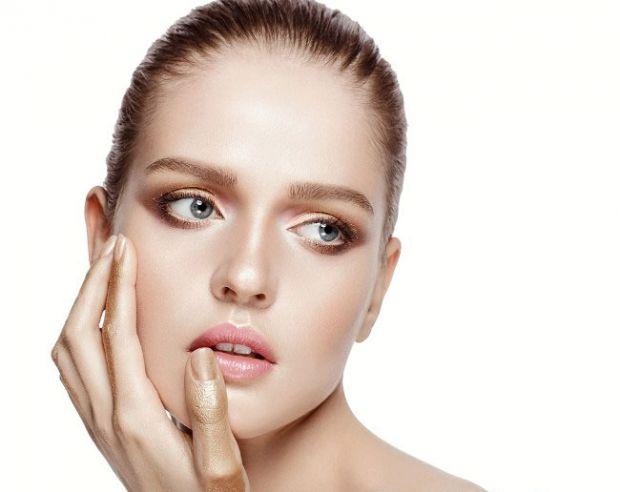 Ваш макіяж дуже часто кладеться нерівно або стікає: 4 засоби, якими радять користуватися косметологи, щоб макіяж був стійким.