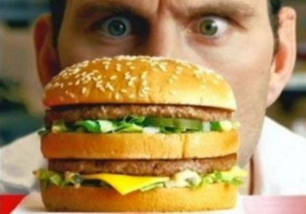 Нова наукова робота продемонструвала, що чоловіки не худнуть, оскільки занадто соромляться замість пива і жирної їжі замовляти в ресторані нормальну,