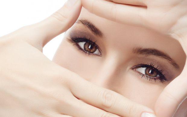 На стан очей впливають холод і спека, сухість і вологість, вітер і пил, хімічні речовини і яскраве світло, а сьогодні додався ще один потужний фактор