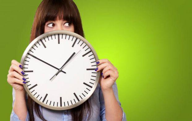 Ще трохи і стрілки годинника знову переведуть на зимовий час, а наш організм в черговий раз зіткнеться зі стресом через зміну режиму дня. Боротися з н