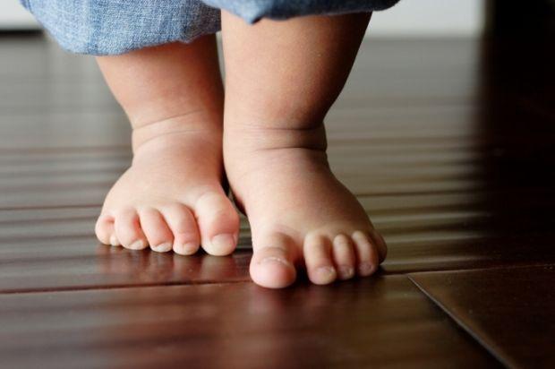 Батьки часто впадають в паніку, коли малюк починає ходити навшпиньках.Доктор Євген Комаровський розповість у нашому відео, чи варто панікувати, коли д