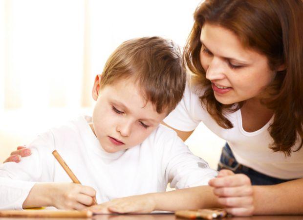 Дитина, яка не встигає за темпом подачі матеріалу, починає відставати в навчанні. Неквапливі диктанти залишилися в минулому, тепер потрібно швидко зап