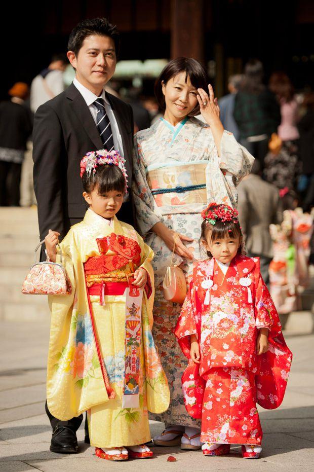 Двадцять років тому в Японії говорили: «батько виховує спиною», тобто дитина бачила тата тільки, коли ввін йшов з дому на роботу. Приклад батька вчив