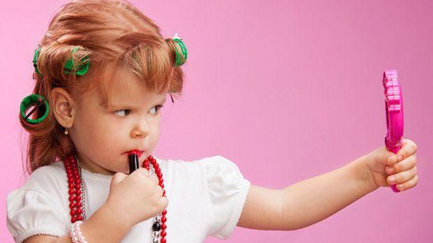 Дівчатка з юного віку люблять малювати нігті й хочуть користуватися косметикою, але це нездорово. На сьогоднішній день, є деякі дитячі засоби, які зро