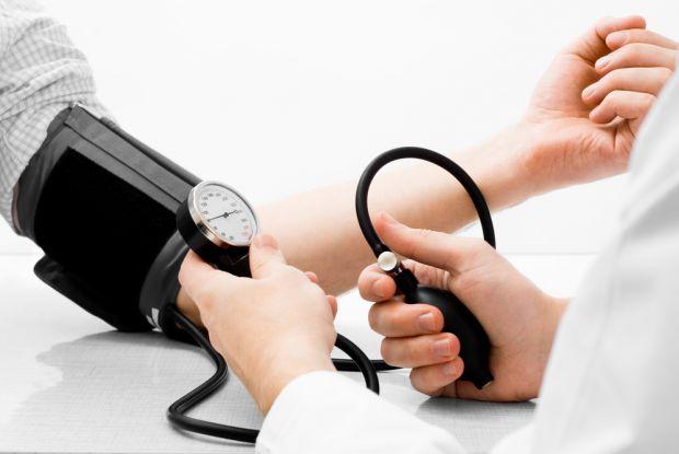 До захворювання найбільше схильні повні люди. Вони страждають від підвищеного тиску в 3-4 рази частіше за інших. Так що, перш за все, потрібно тримати