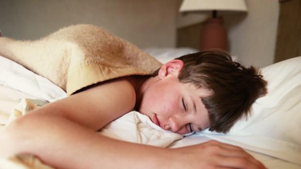 Ви, напевно, не раз помічали, що навіть якщо свого підлітка-школяра навіть з вечора вкласти спати вчасно, він все одно вранці прокидається в належний