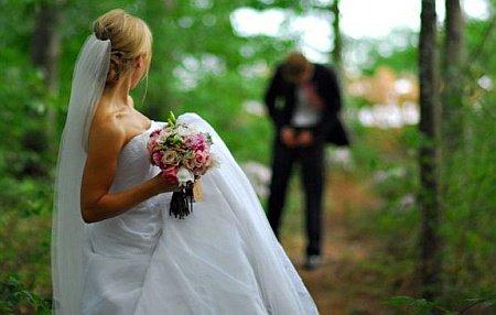 Іноді весільні фото є не просто романтичними, а до безглуздя кумедними і незрозумілими. Пропонуємо Вам переглянути підбірку найдивакуватіших весільних