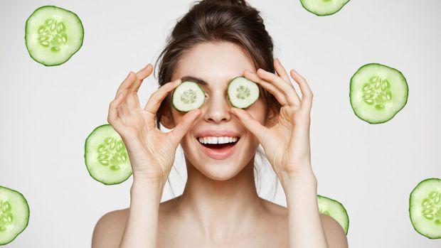 Щоб якомога довше зберігати шкіру навколо очей молодою і свіжою, не забувайте про наступні маски.