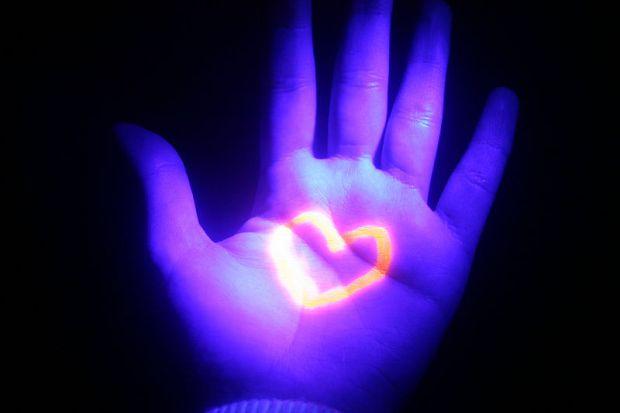 Спеціальне ультрафіолетове освітлення безпечно вбиває вірус грипу в повітрі.