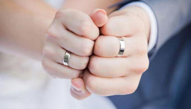 Переважна більшість майбутніх сімейних пар вибирають в ювелірних магазинах кільця, виготовлені з дорогоцінних металів, найчастіше із золота. А тим час