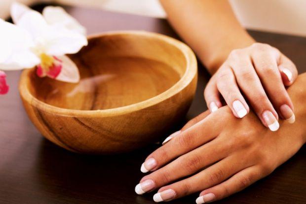 Часто на сухій шкірі рук з'являються тріщини, які бувають дуже болючі. Щоб позбутися від них, потрібен деякий час. А ми знаємо засіб, який прискорить