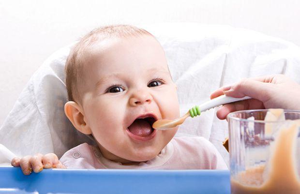 Дитячі лікарі єдині в тому, що прикорм потрібно вводити поступово, аналізуючи реакцію дитини на новий продукт. Але ось з чого починати: з кефіру і сир