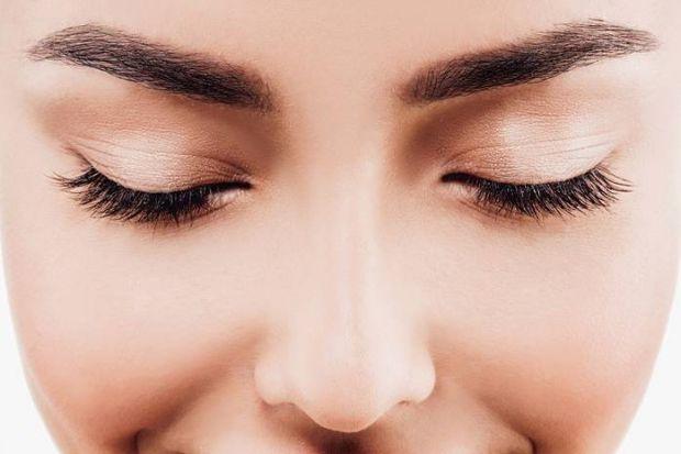Прямі та широкі? Або вузькі і кирпаті? Брови визначають не тільки погляд людини. За допомогою них можна відкоригувати риси обличчя. А ще вони можуть р