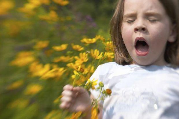 Как дети, так и взрослые могут иметь аллергию на продукты, которые они едят, вещи, к которым они прикасаются, а также на невидимые частицы, которые он