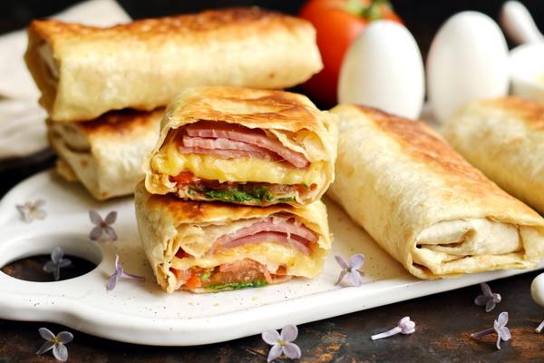 Якщо вже набридли традиційні канапки, можна приготувати для рідних бутерброди в лаваші.