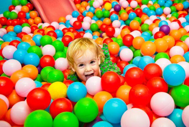 Американські вчені перевірили дитячі сухі басейни з м'ячиками і виявили на поверхні пластикових кульок більше 30 різновидів бактерій, включаючи вісім