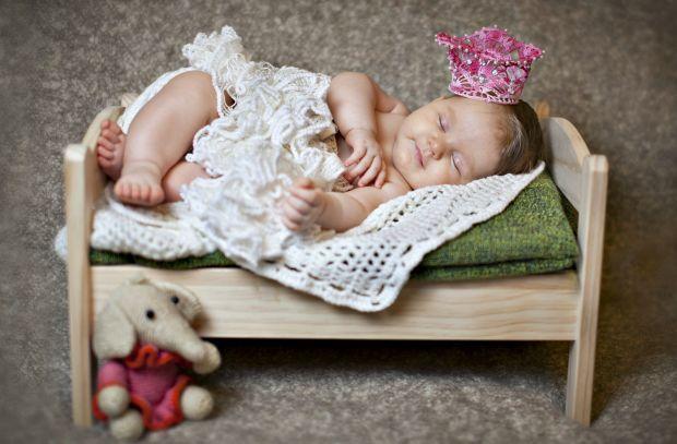 Навіщо дитині спати окремо від батьків?Дитина повинна спати в своєму ліжку тому, що: 1. Дитина в одному ліжку з батьками розлучає тата і маму2. У сні