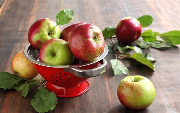 Дієтолог називає три фрукти, які у жодному разі не можна їсти, коли худнеш. Це банан, виноград і... яблуко. Всі вони містять цукор, який лише додає на