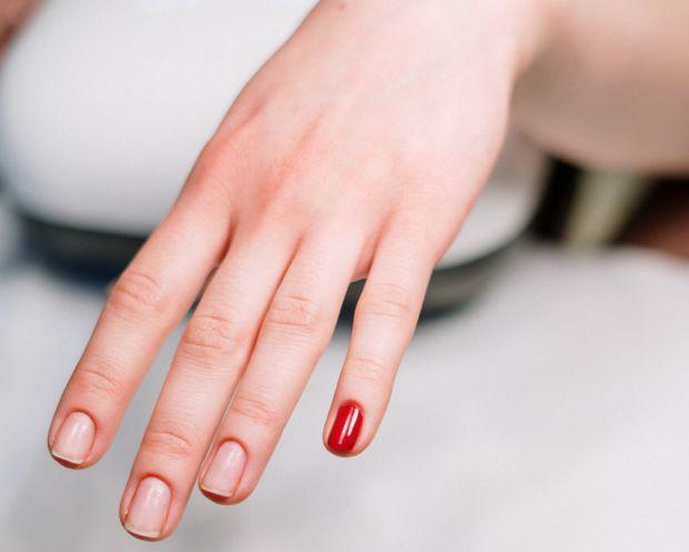 Манікюр - це завждикрасиво, якщо він зроблений на здорових нігтях. Та постійне використання гель-лаків не сприяє красі та здоровому вигляду нігтиків.