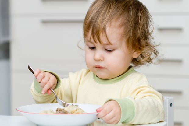 Поки дитині 2-3 роки, вже потрібно привчати її до правильного, збалансованого режиму харчування і корисних продуктів.