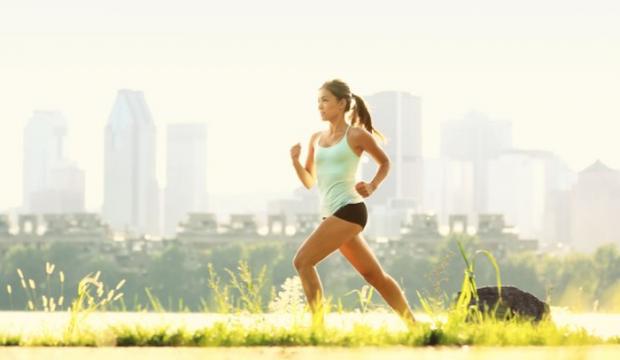 Одні фахівці стверджують, що 30 – 60-хвилинна ранкова пробіжка сприяє інтенсивному спалюванню жиру, адже організм за ніч уже використав запаси глікоге