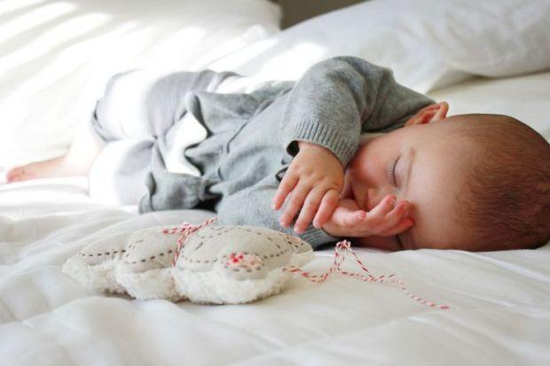 Деякі діти пітніють, коли засинають, інші ж продовжують рясно пітніти всю ніч настільки, що і одяг, і навіть постіль чада можуть ставати вологими.