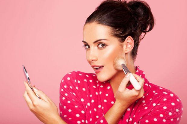 Пудра допомагає приховати недоліки обличчя, або ж додати засмаги. Як правильно вибрати пудру - читайте далі.