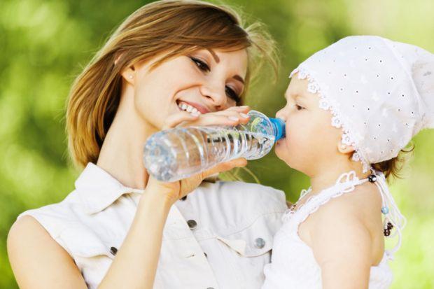 Щоб заповнити втрату рідини організмом у спекотну погоду, стежте за тим, щоб дитина отримувала достатню кількість пиття. Водно-сольовий баланс організ