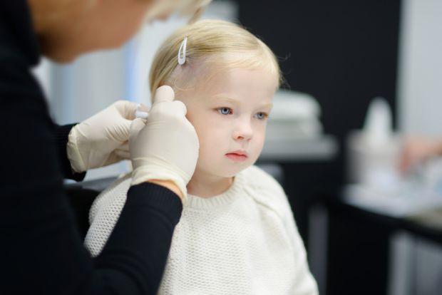 Сьогодні маленькі красуні отримують свої перші сережки ледве не на хрестини, а батьки поспішають до косметологів, щоб зробити у вушках проколи. Що ж к