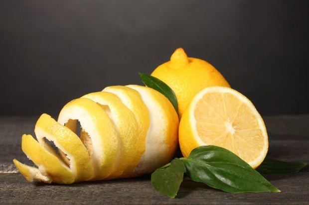 Група італійських фахівців виявила унікальні антибактеріальні властивості лимонної шкірки і описала її переваги в гігієні порожнини рота.