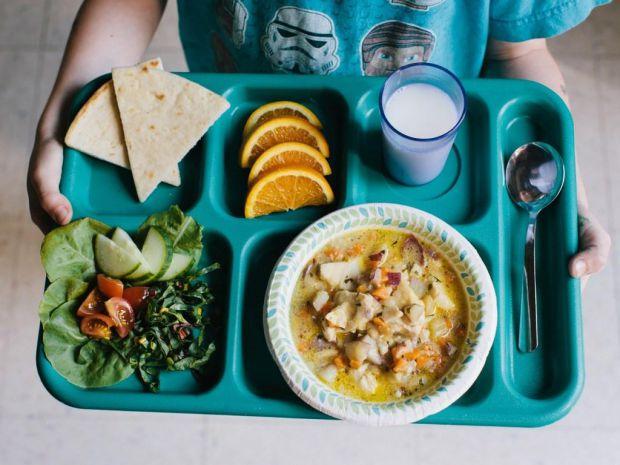 Індійські та німецькі академіки встановили тісний взаємозв'язок між шкільними обідами і успіхами в навчанні.