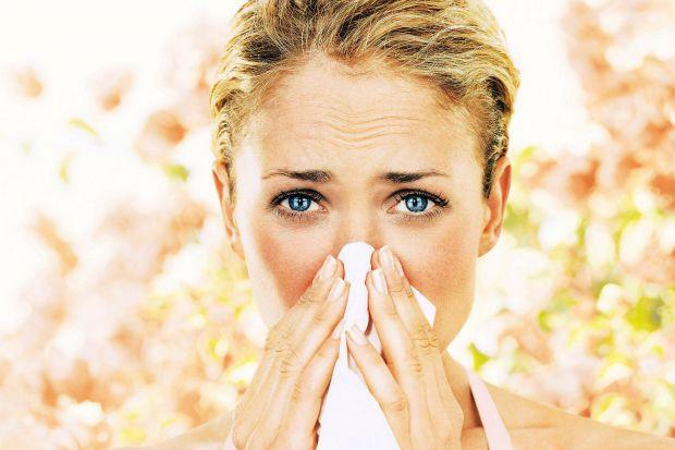 Алергія на пилокПилок квітів, трави, дерев або бур'янів – все це може викликати напади сінної лихоманки або сезонної алергії. При цьому у людей почина