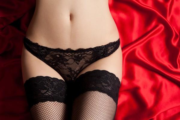 фото женщины в черных трусах