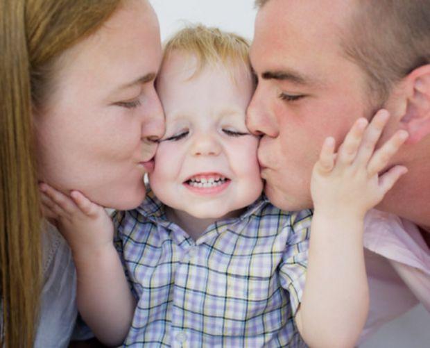 Часто молоді батьки дотримуються неефективних рекомендацій з виховання дітей, які вони прочитали в книгах. Проте у сучасному світі люди легко діляться