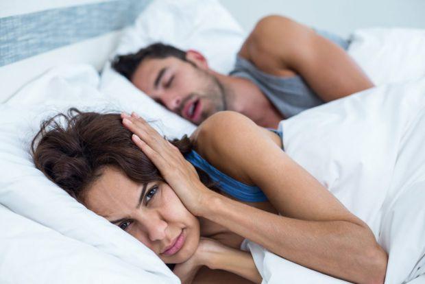Якщо ви чи ваша половинка хропить - це проблема, яка ще й заважає добре спати. У матеріалі ви знайдете поради, які допоможуть позбутися хропіння.
