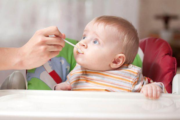 Хоча педіатри і ВООЗ створили чіткий графік введення прикормів, у малюків все йде за власним планом і бажанням. Що ж робити, якщо дитина відмовляється