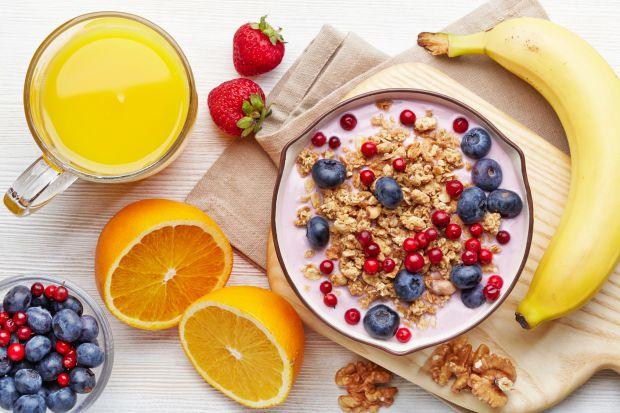 До вашої уваги чотири варіанти сніданків: фруктові роли з арахісовою пастою, вівсянка, йогурт з фруктами і бананові млинці з яблучно-полуничним соусом