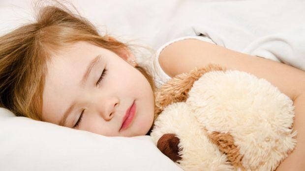 Не мало дітей у ночі скриплять (скрегочуть) зубами. Старші люди кажуть, що це через глисти, інші - через нервову систему. А в чому ж насправді причина