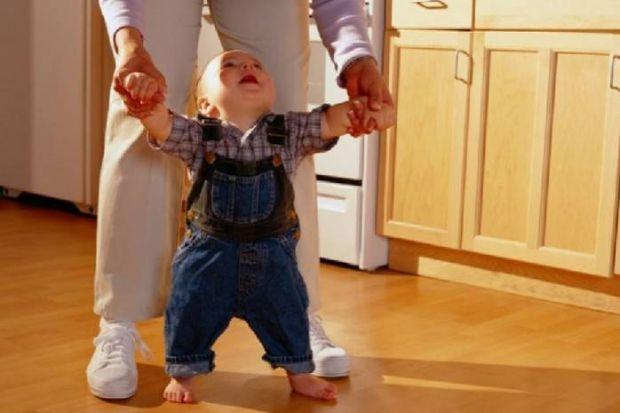 Практично всі батьки хочуть, щоб їхня дитина навчилася швидше ходити. Дуже вже хочеться побачити перші кроки!