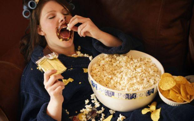 Мабуть, кожній дівчині, хоч раз доводилося відчути велике почуття об'їдання, а особливо - бажання ласувати солодощами під час місячних. Чому виникає т