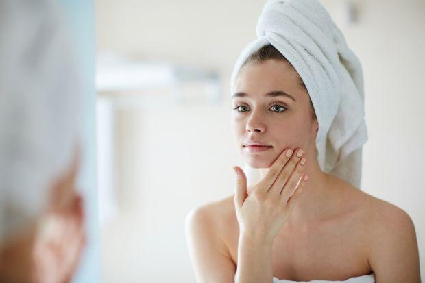 Виключи найчастіші помилки в догляді за проблемною шкірою, які провокують нові запалення і жирний блиск – так ти посилиш результат від засобів і зможе