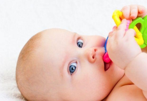 У кожного малюка індивідуально прорізаються зубки, зазвичай з неприємними відчуттями. У дитини може з'явитися температура, дратівливість, рясне слинов