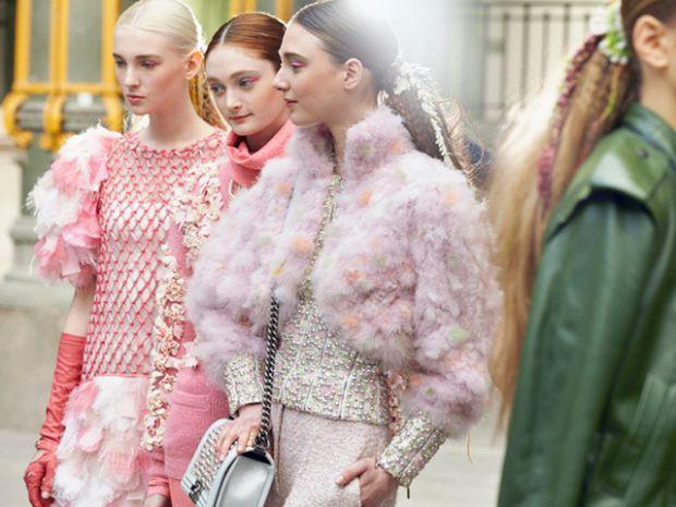 Показ Chanel безумовно був найяскравішим на Паризькому тижні моди. Карл Лагерфельд представив колекцію в декораціях з випічкою, солодощами, напоями, о