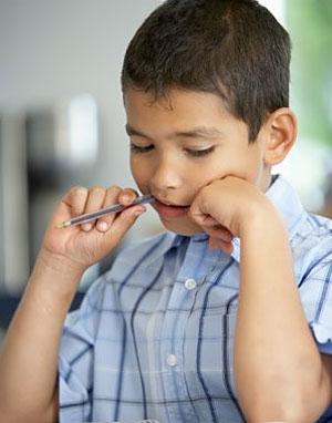 Які проблеми зі здоров'ям можуть виникнути у дітей, які полюбляють гризти олівці, ручки, фломастери, коли малюють чи пишуть - читайте далі.