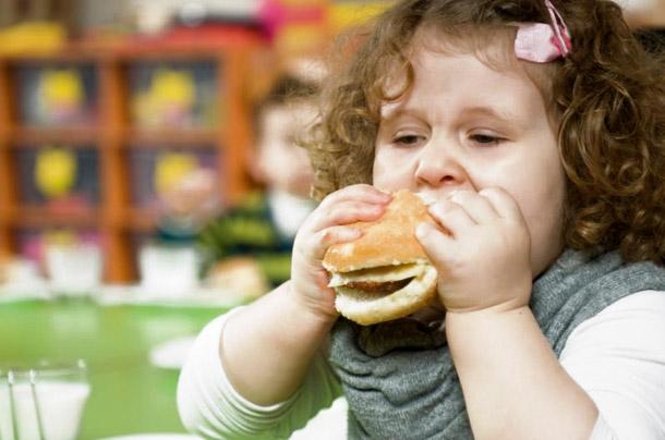 На жаль, як би не виглядав ваш малюк мило і симпатично із пухкенькими щічками та ямочками на ліктях, зайва вага для дитячого організму - важкий удар,