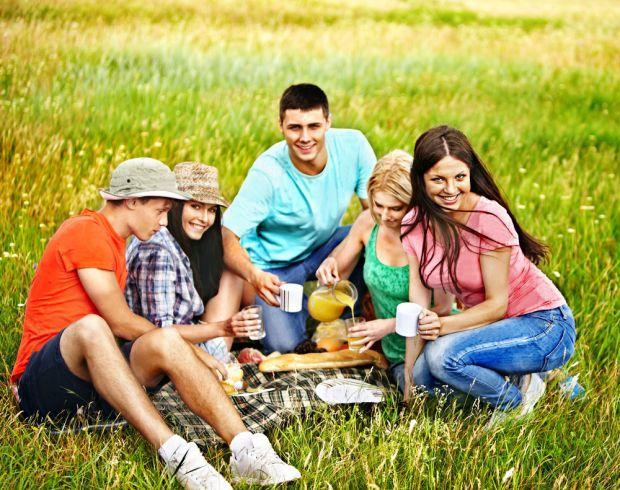 Каждые родители, помимо воспитания ребенка, время от времени встречается с друзями и весело проводят свободное время, но иногда хочется запланировать